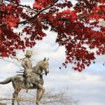 伊達政宗公像も紅葉に包まれていた