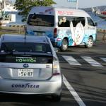 女川港を回るシーパル号とプリウスPHV