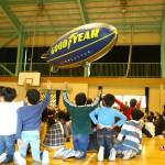 飛行船に大喜びの子供たち