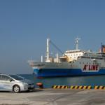 本部港へ入港するフェリーとプリウスPHV