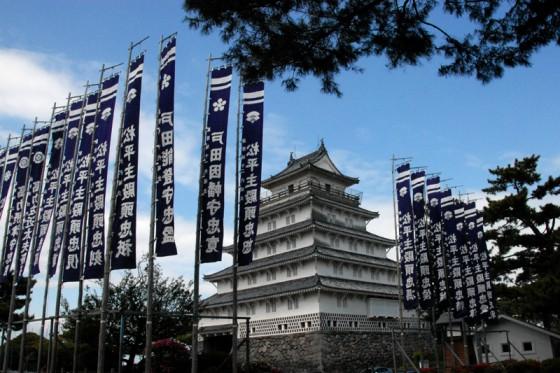 歴代藩主の陣旗が揚る島原城