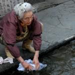 湧水で洗濯をするご婦人