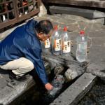 飲み水を汲みに来た旦那
