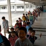 会場の体育館に集まる子供たち