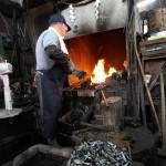 刻んだ空き缶が釜で焼かれる