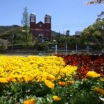 春の花々が咲き誇る浦上天主堂