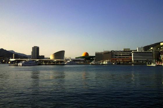 近代的な建造物が並ぶ長崎港