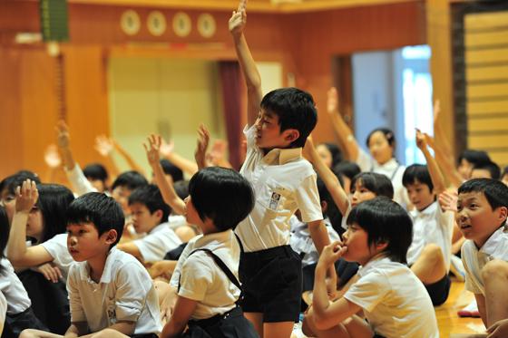 エコクイズに手を挙げて答える子供たち