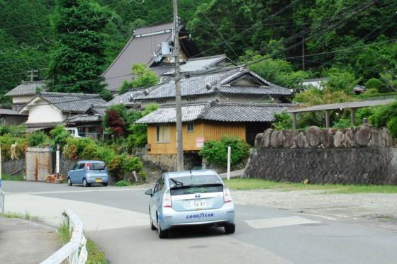 吉川地区へ入るプリウスPHV