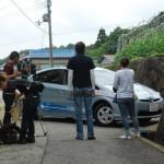 到着したプリウスPHVを撮影するTVクルー