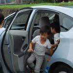 プリウスPHVに乗る子供たち