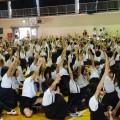 エコクイズに手を挙げる子ども達