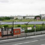 浄水施設の上部には太陽光発電パネルが並ぶ