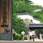 巨大な入城口「菱の門」