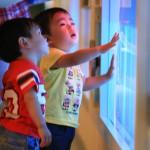 水の展示に見入る子供たち