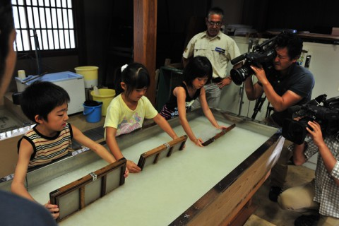 器用に紙を漉く子供たち
