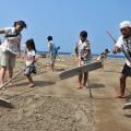 みんなで砂をかき集める