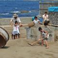 木枠の中に砂を詰める作業