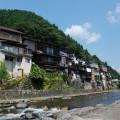 小駄良川沿いの崖に立つ家屋