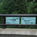 化石発見場所へ架かる橋にはレリーフが