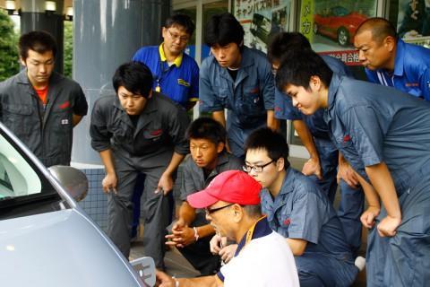 プリウスPHVに見入る埼玉自動車大学校の学生達