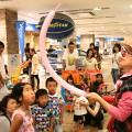 風船アートに見とれる子供たち