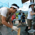 """薪を割る""""もりっこはうす""""の和田さん"""