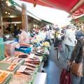市場にも新鮮な食材がたくさん並んでいる