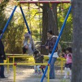 青葉城近くの公園で親子が遊んでいた