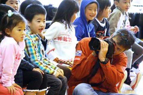 何気ない笑顔を撮影する茅原田カメラマン