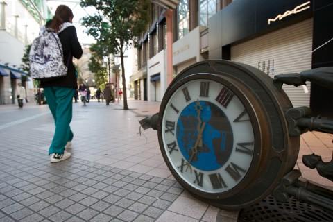 震度7の揺れで商店街の時計台が倒壊(震災直後)