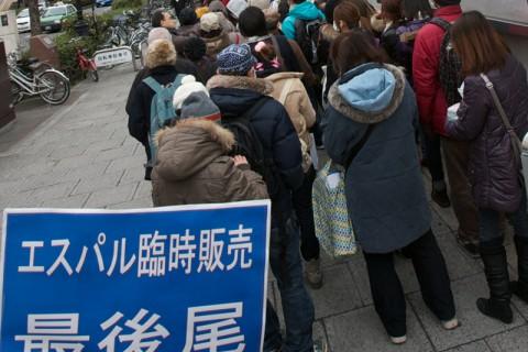 食料品を求め多くの人が行列を作っていた(震災直後)