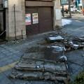 激しい揺れで倒壊した建物(震災直後)