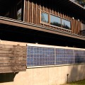 日当たりの良い山側にある太陽光発電パネル