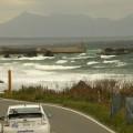 """高い波と""""サラシ""""で真っ白に泡立つ海岸"""