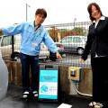 いち早く駐車場には無料の充電設備もある。 開発した竹村さんと広報の佐藤さん