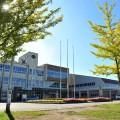 広々とした敷地に建つ大曲小学校舎