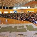 体育館に800名の児童が勢ぞろい