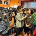 テレビ局の取材に答える女の子