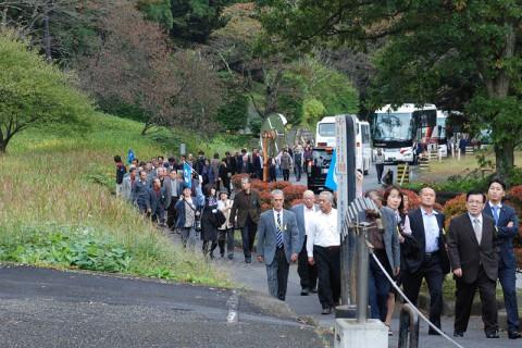 続々と到着する観光バスから人が溢れ出す