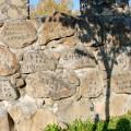 長城には積んだ方の名前やメッセージが彫られている