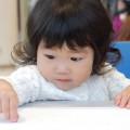 4歳の女の子が紙いっぱいにハートを描いていた