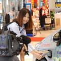"""スタッフの吉田さんはTVカメラ前で""""カチッ"""""""