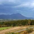 世界ジオパークの有珠山。右の小さい尾根が昭和新山
