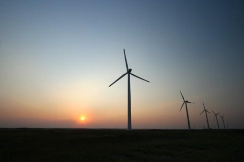 風車のシルエットが美しい夕暮れ