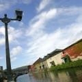 ガス灯と運河沿いの石造倉庫群