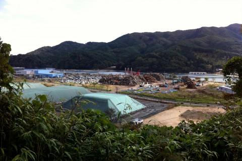 瓦礫が積み上げられた水産技術センター跡
