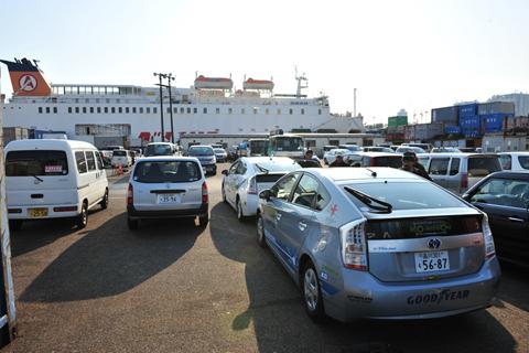 東京湾有明埠頭でフェリー乗船を待つプリウスPHV(3月30日)