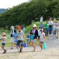 参加者全員で島田川へ向かった。