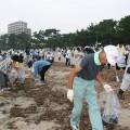 市民総出で行われる室積海岸の清掃(写真提供:光市役所)